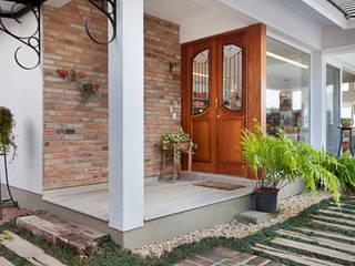 LAZER NA BEIRA DA LAGOA: Portas de entrada  por Maciel e Maira Arquitetos,Rústico