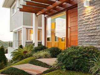 COM VISTA PARA SERRA RIOGRANDENSE : Condomínios  por Maciel e Maira Arquitetos,Moderno