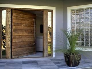 REFORMA RADICAL: Portas de madeira  por Maciel e Maira Arquitetos,Moderno