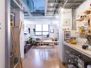 La cucina e il soggiorno: Soggiorno in stile  di ZEROPXL | Fotografia di interni e immobili