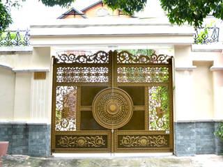Projekty, nowoczesne Domy zaprojektowane przez Cổng nhôm đúc Thiên Thanh Bảo