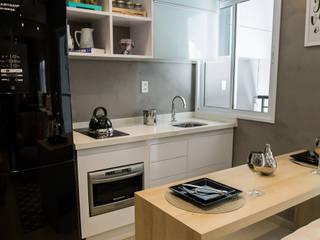 Bancada da cozinha branca: Armários e bancadas de cozinha  por Estúdio Sá Arquitetura