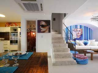 AMBIENTE DE PRAIA PREMIADO CASA COR 2011: Escadas  por Maciel e Maira Arquitetos,Tropical