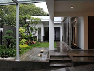 Residential_Landed_Semi-Detached House Balkon, Beranda & Teras Modern Oleh daksaja architects and planners Modern