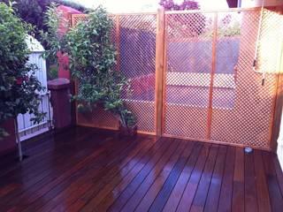 Valla de cellocia de madera y terraza de madera de exteriores :  de estilo  de Grupo Dancu 2017 S.L