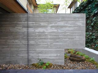 中京の家: 藤井匠建築事務所が手掛けたアプローチです。,