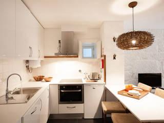 Apartamentos Rua de Trás - Alojamento turístico (7 apartamentos) - Centro do Porto: Cozinhas escandinavas por SHI Studio, Sheila Moura Azevedo Interior Design