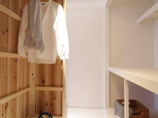 Apartment in Gakuemmae: MimasisDesign [ミメイシスデザイン]が手掛けたウォークインクローゼットです。