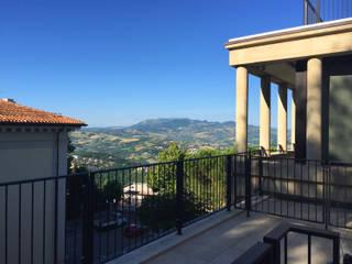 Penthouse San Marino Balcone, Veranda & Terrazza in stile moderno di Giulia Ciacci Architetto & Interior designer Moderno