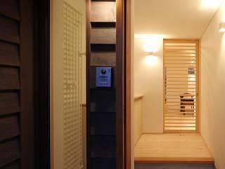 Pasillos, hall y escaleras asiáticos de 一級建築士事務所 アトリエ カムイ Asiático
