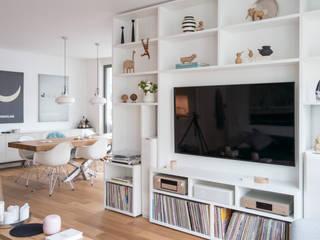 GANTZ - Wohnwand mit integriertem Fernseher und HiFi:  Wohnzimmer von GANTZ - Regale und Einbauschränke nach Maß