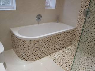 Curved Mosaic Wall Baños de estilo moderno de DeVal Bathrooms Moderno