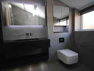 Dramatic Monochrome Shower Room Baños de estilo moderno de DeVal Bathrooms Moderno