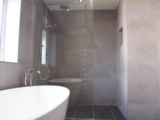 Family Wetroom Baños de estilo moderno de DeVal Bathrooms Moderno