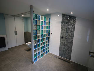 Modern Accessible Wetroom DeVal Bathrooms Baños de estilo moderno