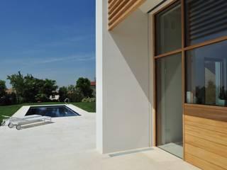 Stile moderno per una villa in legno: Villa in stile  di Woodbau Srl
