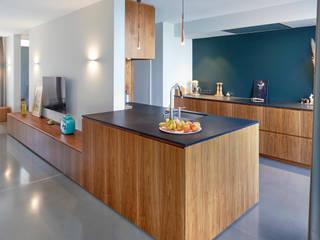Perfekte Symbiose aus Küche und Wohnzimmer Moderne Küchen von Koitka Innenausbau GmbH Modern