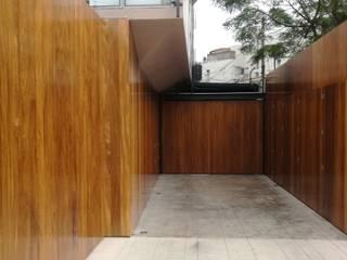 INGRESO VEHICULAR:  de estilo  por ROAN arquitectura & madera