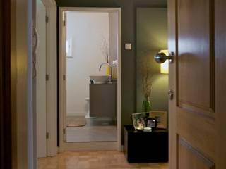 Apartamento T3 Anos 60 - MATOSINHOS: Corredores e halls de entrada  por SHI Studio, Sheila Moura Azevedo Interior Design