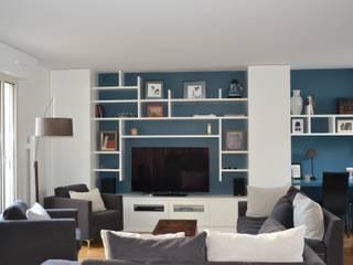 Salon / bibliothèque: Salon de style de style Moderne par A comme Archi