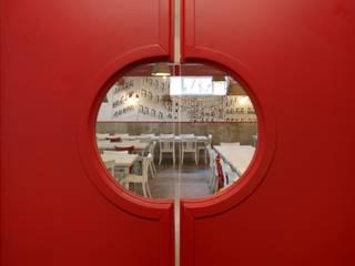 Trianon Pizzeria Bar & Club in stile mediterraneo di M@G Architettura&Design Mediterraneo