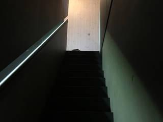 Ascension escalier droit en métal et éclairage intégré: Chalets & maisons en bois de style  par BIOVILLA