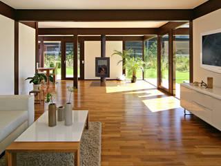 """Naturnahes Einfamilienhaus am """"Wilder Kaiser"""" im Brixental Moderne Wohnzimmer von DAVINCI HAUS GmbH & Co. KG Modern"""