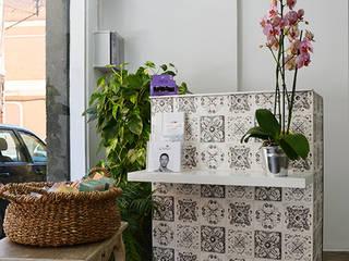 Proyecto de reforma interior para Upsala, Ungles i Estètica: Clínicas de estilo  de Adês. Arquitectura Interiorisme Disseny