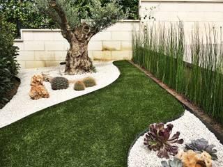L'entrata del giardino: Giardino anteriore in stile  di AbitoVerde,