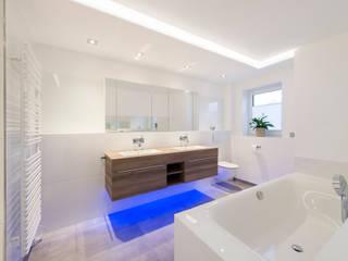 Bad en suite: minimalistische Badezimmer von Innenarchitekturbüro Jürgen Lübcke