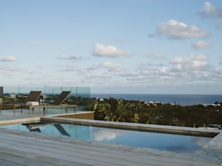 House BellaVida:  Infinity pool by Hugo Hamity Architects