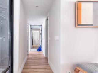 Couloir, entrée, escaliers originaux par itta estudio Éclectique