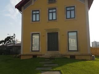 Fachada principal: Casas modernas por Atelier 72 - Arquitetura, Lda