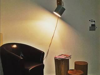 Angolo lettura con illuminazione dedicata:  in stile  di Moroni Architettura 2.0 - Davide Moroni Architetto