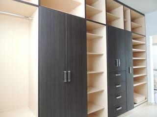 : Vestidores y closets de estilo  por La Central Cocinas Integrales S.A de C.V