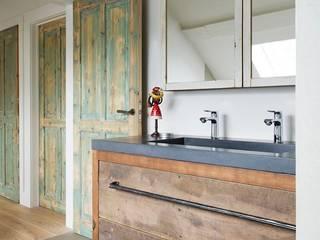 Houten badkamermeubel op maat:  Badkamer door RestyleXL