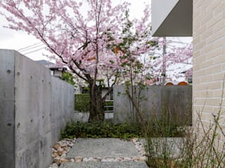 Kenji Yanagawa Architect and Associates Modern style gardens Tiles White