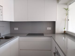 Minimalist kitchen by Reformmia Minimalist