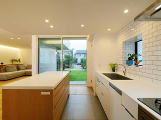 Nhà bếp phong cách hiện đại bởi スタジオグラッペリ 1級建築士事務所 / studio grappelli architecture office Hiện đại