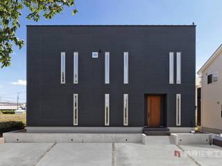 モノトーンを極めたコートハウス: 納得住宅工房株式会社 Nattoku Jutaku Kobo.,Co.Ltd.が手掛けた家です。