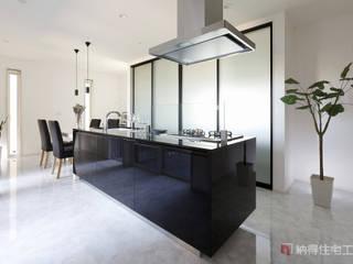モノトーンを極めたコートハウス: 納得住宅工房株式会社 Nattoku Jutaku Kobo.,Co.Ltd.が手掛けたキッチンです。