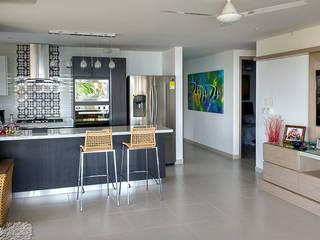 Vista general de la zona social y de cocina: Salas de estilo moderno por Remodelar Proyectos Integrales
