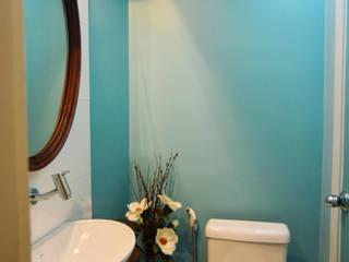Projeto e gerenciamento reforma apartamento casal : Banheiros  por dck arquitetos