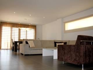Construcción y diseño de interiores de chalet en Daya Nueva (Alicante) Salones de estilo mediterráneo de Asun Montoya Estudio Interiorismo Mediterráneo