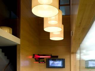Couloir, entrée, escaliers modernes par DosiCreatius Moderne