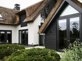 Nieuwbouw Rietgedekte villa te Kortenhoef van Architectenburo de Vries en Theunissen