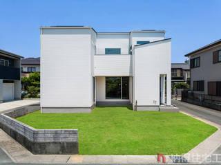 設計士の技が光る。吹抜けと空中廊下の日だまりハウス: 納得住宅工房株式会社 Nattoku Jutaku Kobo.,Co.Ltd.が手掛けた家です。