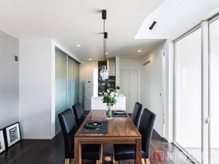 設計士の技が光る。吹抜けと空中廊下の日だまりハウス: 納得住宅工房株式会社 Nattoku Jutaku Kobo.,Co.Ltd.が手掛けたダイニングです。
