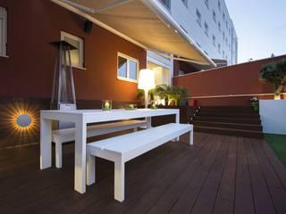 Giardino moderno di Luxiform Iluminación Moderno