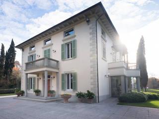 l'ingresso principale: Villa in stile  di Morelli & Ruggeri Architetti